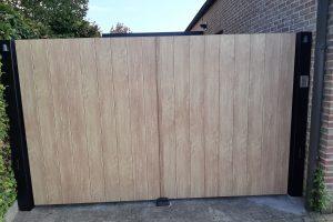 aluminium draaipoort met als vulling aluminium eik hout stuctuur planken
